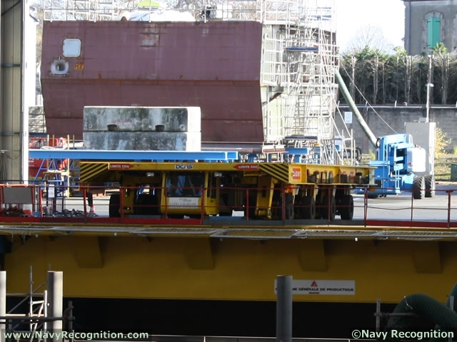 A self-propelled modular trailer is used to move large blocks to the covered dry-dock