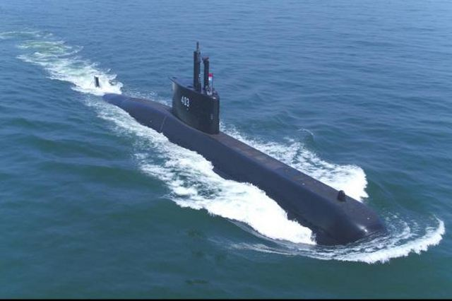 Daewoo Shipbuilding & Marine Engineering Co., a major shipyard, handed over a 1,400-ton diesel-electric submarine to the Indonesian navy on Wednesday, becoming the first South Korean company to export a submarine.