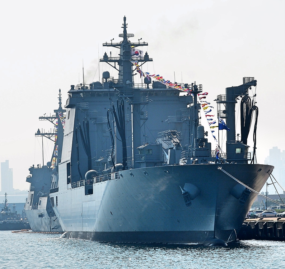 The Republic of Korea Navy ROK Navy commissioned the first vessel in a new class of fast combat support ship local designation is military logistics support AOE Ⅱ on September 18 2018 at Busan naval base.2