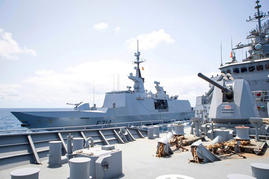 HMAS Toowoomba of Royal Australian Navy and FS Guépratte of French Navy exercise in Gulf of Aden 925 001